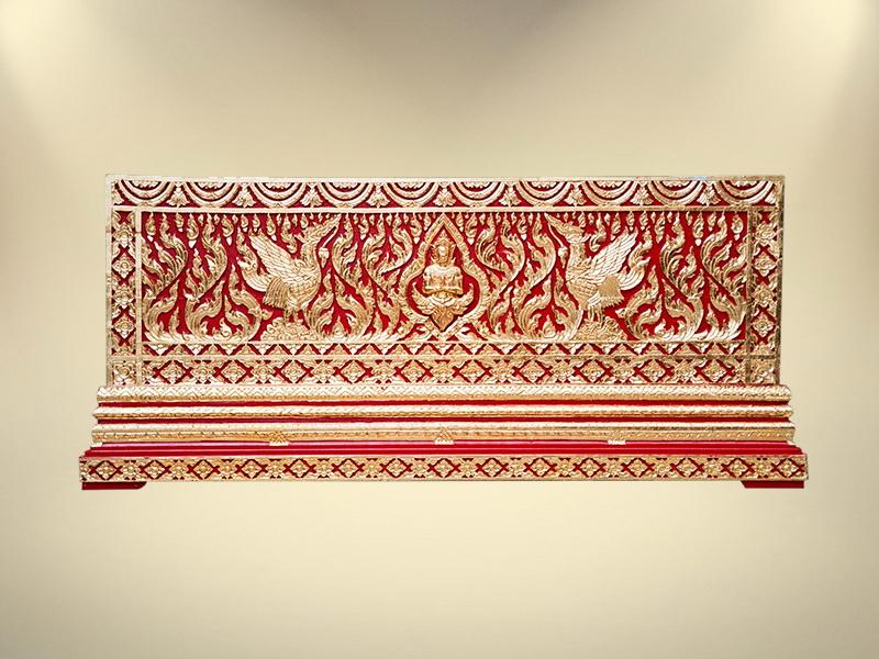 หีบทองในสีแดงแกะลายเทพพนมและหงษ์