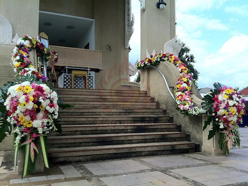 ดอกไม้ประดับเมรุ หีบศพ โลงศพ สุริยาหีบศพ เราเป็นผู้เชียวชาญในธุรกิจหลังความตายมากว่า 30 ปี และมีหีบศพทุกประเภท ไม่ว่าจะเป็น หีบศพ ไม้สัก