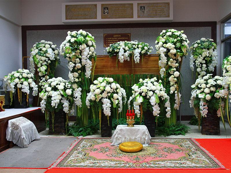 จัดดอกไม้หน้าศพแบบสั่งทำพิเศษ หีบศพ โลงศพ สุริยาหีบศพ เราเป็นผู้เชียวชาญในธุรกิจหลังความตายมากว่า 30 ปี และมีหีบศพทุกประเภท ไม่ว่าจะเป็น หีบศพ